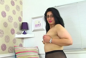 English milf CandyLips looks hot in black cut-offs